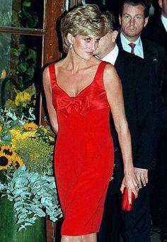Fashion-Looks: Bei einem 1995er-Charity-Event in Paris fällt Prinzessin Diana in diesem knallroten Etuikleid von Christian Lacroix ins Auge. In dem Modell mit Schleife am Ausschnitt zelebrierte die Stil-Ikone ihre Freiheit nach der Trennung von Prinz Charles und kreiert so einen ihrer legendärsten Looks.