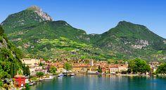 <p>Das italienische Städtchen Bardolino liegt am östlichen Gardasee, rund 25 Kilometer von Verona entfernt, wo sich auch der nächste Flughafen und ein sehr gut angebundener Bahnhof befinden. Zunehmend entdecken auch homosexuelle Reisende den Ort, da Bardolino einfach jede Menge Möglichkeiten bietet: ob Baden, Shoppen, Essen, Wassersport, Kultur & Geschichte, Wandern oder einfach nur Relaxen – für jeden ist etwas dabei.</p>