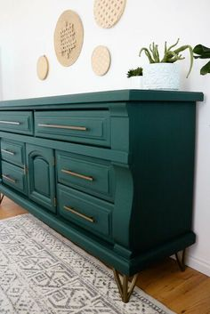 Relooking de commode bricolage - Furniture Makeover Ideas on a Budget furniture diy budget Refurbished Furniture, Repurposed Furniture, Furniture Ideas, Dresser Furniture, Teal Painted Furniture, Diy Green Furniture, Painted Dressers, Vintage Dressers, Diy Dressers