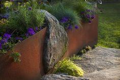 Acero y la piedra en esta bonita jardinera.   Muros de contención de acero…