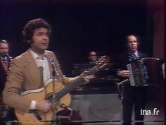 """Accompagné par ses musiciens, Pierre PERRET à la guitare, chante """"Lily""""."""