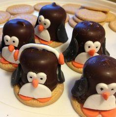Negerzoen Pinguins, Traktatie Verjaardag. Nodig: mariabiscuits, negerzoenen, marsepein oranje/zwart/wit, glazuur (om alles vast te plakken).