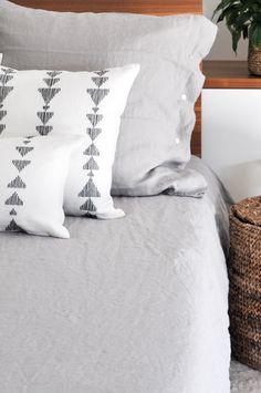 Ein Zierkissenset in einem zeitgenössischen Design.  Handbestickt in schwarzer Baumwolle auf crèmefarbenem Leinen.  Verleiht deinem Schlafzimmer ein sofort aktualisiertes Aussehen!  Auch in Crème mit blauen und grauen Stichen erhältlich, auf ArthaCollections.com  #arthacollections #zierkissen #schlafzimmerdeko #leinenkissen Throw Pillow Sets, Pillow Cases, Decorative Pillows, Bed Pillows, Collection, Home, Black Man, Craft Items, Contemporary Design