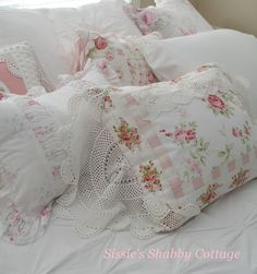 Shabby Cottage Look Rose Cottage, Shabby Chic Cottage, Vintage Shabby Chic, Shabby Chic Pillows, Shabby Chic Crafts, Pastel Home Decor, Cute Quilts, Creation Couture, Pillow Talk