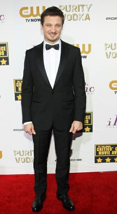 Jeremy Renner looked handsome in a black Ermenegildo Zegna tuxedo at the 2014 Critics' Choice Awards | Trend 911