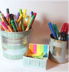 Mit ein paar Handgriffen hast Du in Windeseile Deine Schreibtischutensilien verschönert.    ***     In the blink of an eye, beautify your desk accessories with masking tape.