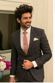 Kartik Aaryan is becoming popular in Bollywood and he is getting good films too. Bollywood Couples, Bollywood Stars, Cute Actors, Handsome Actors, Indian Celebrities, Bollywood Celebrities, Upcoming Movie Trailers, Indian Idol, Crush Pics