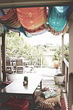 Clever diy canopy shade for the yard or patio ideas Bohemian Porch, Bohemian Decor, Outdoor Rooms, Outdoor Living, Outdoor Decor, Carillons Diy, Fabric Canopy, Diy Canopy, Canopy Crib