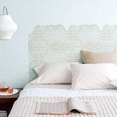 Chega de ter aquela cabeceira de cama sem graça. Invista em um papel de parede para customizar a parte superior do móvel e tornar o lugar onde você dorme mais aconchegante.