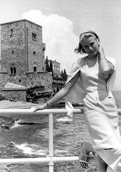 Before she became the Princess of Monaco, Grace Kelly was already one of the biggest names in the world. Born in Pennsylvania, Kelly moved to New York City at 2 Kelly Monaco, Monaco As, Grace Kelly Mode, Grace Kelly Style, Grace Kelly Fashion, Kate Grace, Old Hollywood, Hollywood Glamour, Divas