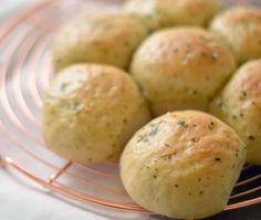 Het recept voor zelfgemaakt breekbrood met knoflook en peterselie. Boterzachte bolletjes met een heerlijke hartige smaak. Perfect voor bij het diner.