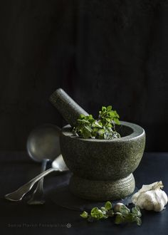 *Mortar and Pestle Fotografia Tutorial, Dark Food Photography, Yummy Food, Tasty, Mortar And Pestle, Light Recipes, Raw Food Recipes, Food Pictures, Food Styling