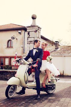 mariés sur vespa Photo : Floriane CAUX - www.florianecaux.com #wedding #vespa #bride #groom #italy #winterwedding