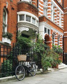 Sloane Square in Chelsea - London, England Homes England, England Uk, London England, Chelsea London, London Townhouse, London Places, England And Scotland, London Life, Travel