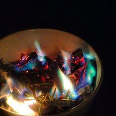 Falò di rosmarino con fuoco multicolore