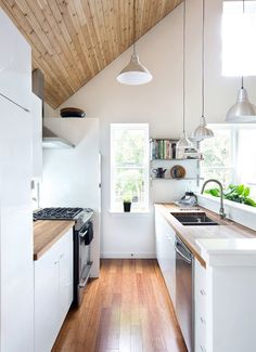 Tips and tricks to maximize your small galley kitchen. These ideas will make kitchen space larger and more functional. The two parallel counters of galley kitchens mean focusing on aisle space, light and storage. For more kitchen ideas go to Domino. Home Interior, Kitchen Interior, New Kitchen, Kitchen Dining, Kitchen Decor, Kitchen Small, Narrow Kitchen, Kitchen Cabinets, Interior Design