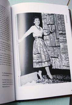 """Viola Gråsten själv i uppsydd kjol av hennes mönster """"Castello""""."""