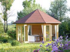 Gemütlicher Gartenpavillon aus Holz mit einladenden Sesseln.