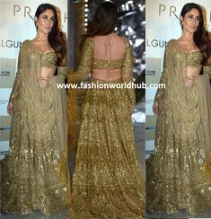 Kareena Kapoor in Falguni and Shane Peacock in gold lehenga walked the ramp for India Couture Week Indian Bridal Outfits, Indian Party Wear, Indian Fashion Dresses, Bridal Dresses, Kareena Kapoor Lehenga, Kareena Kapoor Wedding, Choli Designs, Lehenga Designs, Saree Blouse Designs