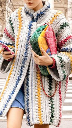 Knitting Patterns Coat Chanel knitted coat and multicolor stitched jersey flap bag; with jeans Crochet Coat, Crochet Clothes, Knitted Coat, Crochet Jacket, Chunky Crochet, Knit Jacket, Moda Crochet, Knitting Patterns, Crochet Patterns