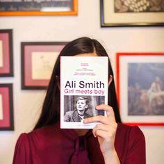 #CatrinasRecomiendan Girl meets boy de #AliSmith Una novela corta sobre transformaciones y la relación entre lo poético y lo político. Repleta de belleza sutil y de gozo desenfrenado #LetrasCatrinas #PonteElLibro #OddCatrina