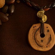 Collier plume bois pyrogravure laiton