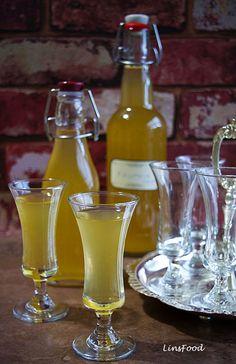 Krupnik is a beautifully rich and smooth, and fairly potent Polish liqueur of spiced vodka and honey. It is called Krupnikas in Lithuanian. Honey Liquor, Honey Drink, Polish Desserts, Polish Recipes, Polish Food, Vanilla Vodka Drinks, Vodka Slush, Vodka Tonic, Vodka Martini