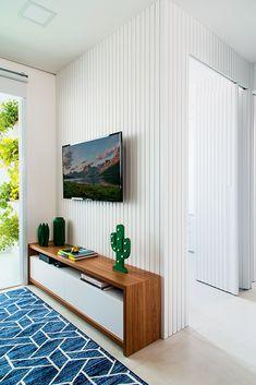 Decoração de apartamento pequeno com móveis sob medida e painéis   Minha Casa