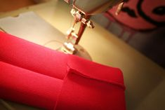 DIY para hombres: Moño exprés Paso 2: Agarra el rectángulo de 14 x 25 cm, dóblalo a lo ancho (que quede un rectángulo de 7 x 25 cm) y pásale una costura, ya sea a mano o con máquina como prefieras.