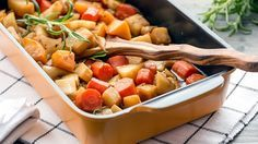 Uunijuurekset ovat hyvä lisuke. Kypsennä uunijuureksia noin 40 minuutin ajan. Uunijuureksien reseptin teki Hellapoliisi. Good Food, Yummy Food, Coleslaw, Thai Red Curry, Sweet Potato, Salsa, Recipies, Food And Drink, Potatoes