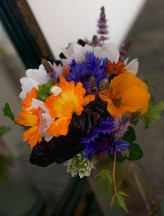 I hagen har jeg funnet alle blomstene til julibuketten, og den er fargesterk og vakker. Blomsterbuketten er liten og kompakt, men gjør mye av seg. Og nå står den foran speilet på peishyllen. Da virker den dobbelt så stor – siden det liksom blir to blomsterbuketter… 😉Den vakre vasen fikk vi forresten i bryllupsgave for...Continue
