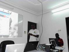 Seti Afanou présentant son application soumise pour le AAC 2013, LAFIA. Photo prise au GDGBARCAMP LOME 2013