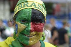 Un aficionado de la selección alemana, con la cara pintada con los colores de Brasil y Alemania, espera el inicio del partido en el que su equipo se enfrentará a la selección de Argentina.
