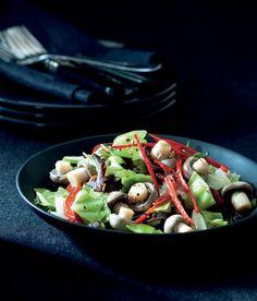 Pikantní zelný salát recept - ApetitOnline.cz Kung Pao Chicken, Pasta Salad, Sprouts, Potato Salad, Potatoes, Vegetables, Ethnic Recipes, Food, Crab Pasta Salad