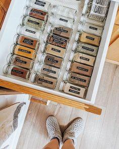 marie kondo la magie de rangement comment organiser ses epices dans le tiroir Shoe Rack, Organiser, Ranger, Hanging Clothes, Drawer, Organisation, Storage, Shoe Cupboard, Shoe Closet