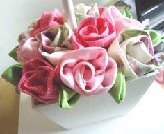 Um ícone sempre presente em artesanato é a flor de tecido. Das mais diversas formas e modelagens, ela é uma ótima opção para incrementar bolsas, roupas e servir de adereços e acessórios para outras ocasiões. - Veja mais em: http://vilamulher.com.br/artesanato/galeria-de-ideias/flores-de-tecido-17-1-7886462-6.html?pinterest-destaque