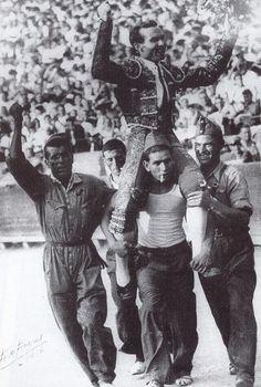 El popular diestro Domingo Ortega es sacado a hombros por milicianos, puño en alto, al finalizar una corrida.