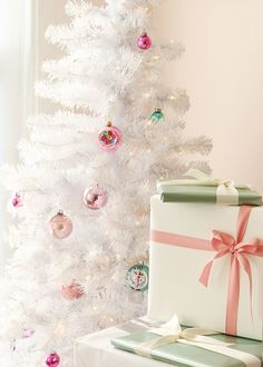 Crushing on this white Christmas tree with pretty pink and blue pastel ornaments for a sweet and retro look.