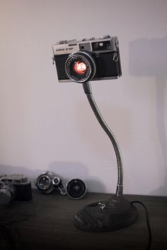 Camera art lamp - Learn How To Use Old Cameras As Repurposed Objects Old Cameras, Vintage Cameras, Lampe Photo, Photo Lamp, Arte Bar, Handmade Lamps, Steampunk Lamp, Led Lampe, Deco Design
