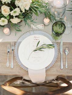 一見無造作に葉っぱを置いているように見えるのに、しっかりとバランスのとれた素敵なテーブルコーディネート。