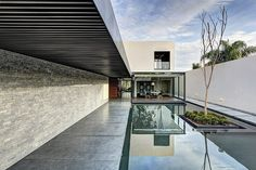 Spacious, modern and comfortable, the LA House was designed by Elías Rizo Arquitectos, and it is located in Mexico. Architecture Résidentielle, Contemporary Architecture, Contemporary Interior, Concrete Walkway, Concrete Wood, Concrete Facade, Design Exterior, Stone Houses, Indoor Outdoor
