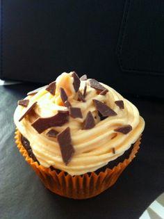 Cupcake de chocolate relleno de nocilla y frosting de queso