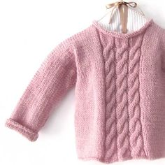 Knitting patterns for for one piece baby clothes that are cozy but easy to put on. Baby Knitting Patterns, Knitting For Kids, Knitting Designs, Baby Patterns, Knitting Projects, Cardigan Bebe, Baby Cardigan, Brei Baby, Crochet Baby