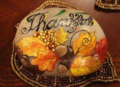 Diffondere il messaggio di gratitudine ai vostri amici e famiglia. Questa bella pietra dipinta a mano incarna il quintessenza messaggio di ringraziamento e di autunno. Decorato con ghiande e fogliame di caduta, questa pietra è un accessorio meraviglioso a qualsiasi tavolo display, ufficio, giardino o area esterna. Questa pietra è un meraviglioso regalo per voi o i vostri cari.  Questa pietra è un regalo perfetto per te o una persona cara! Pietra misura 3,75 x 2,75 x 1.25 , ed è peso leggero…
