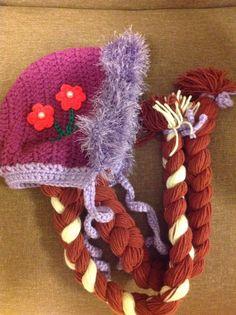 Touca capuz em crochê da princesa Anna do filme Frozen (com tranças escuras).