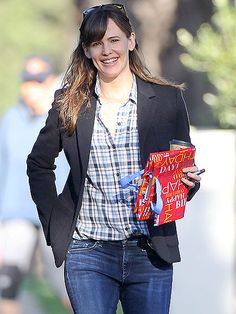 Star Tracks: Wednesday, February 11, 2015 | WALK THIS WAY | Jennifer Garner flashes a grin as she leaves a birthday party on Tuesday in Brentwood, California.