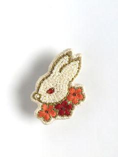 ビーズ刺繍ブローチ うさぎ 花