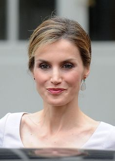 Queen Letizia completed her outfit with a stunning new pair of earrings.  The earrings are by Spanish jeweler TOUS, designed by Rosa Oriol.  The three tier drop earring feature ruby, emerald and moonstone, and are set in 18kt yellow gold.