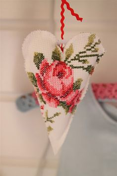 Hartje met geborduurde roos