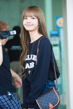 190926 ICN Airport #BLACKPINK #Lisa #LisaManoban #Lalisa #블랙핑크 #리사 #라리사 마노반 #ลลิสา มโนบาล Jennie Lisa, Blackpink Lisa, South Korean Girls, Korean Girl Groups, Thai Princess, Swag Style, Female Singers, Paris Fashion, Bomber Jacket
